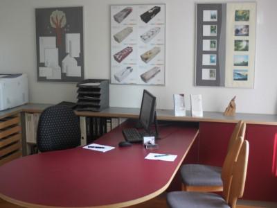 Empfangsraum mit Büro